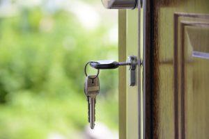 clés sur une porte de maison ouverte