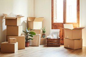 Cartons de déménagement dans une pièce vide