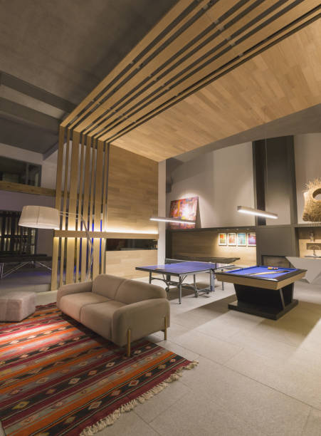 Sous-sol aménagé avec tables billard et ping-pong